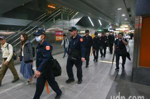 高捷各站人數進出增加中 大批警力進駐捷運站