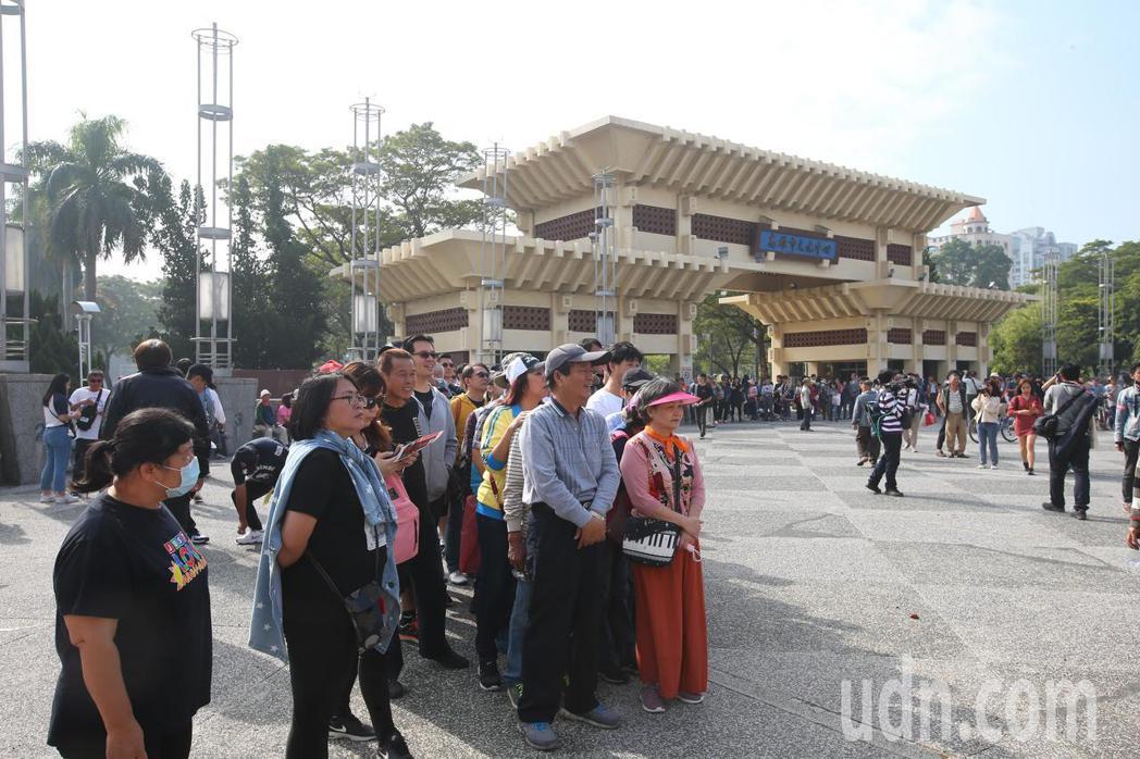 罷韓遊行即將登場,上午高雄文化中心已聚集不少民眾。記者葉信菉/攝影