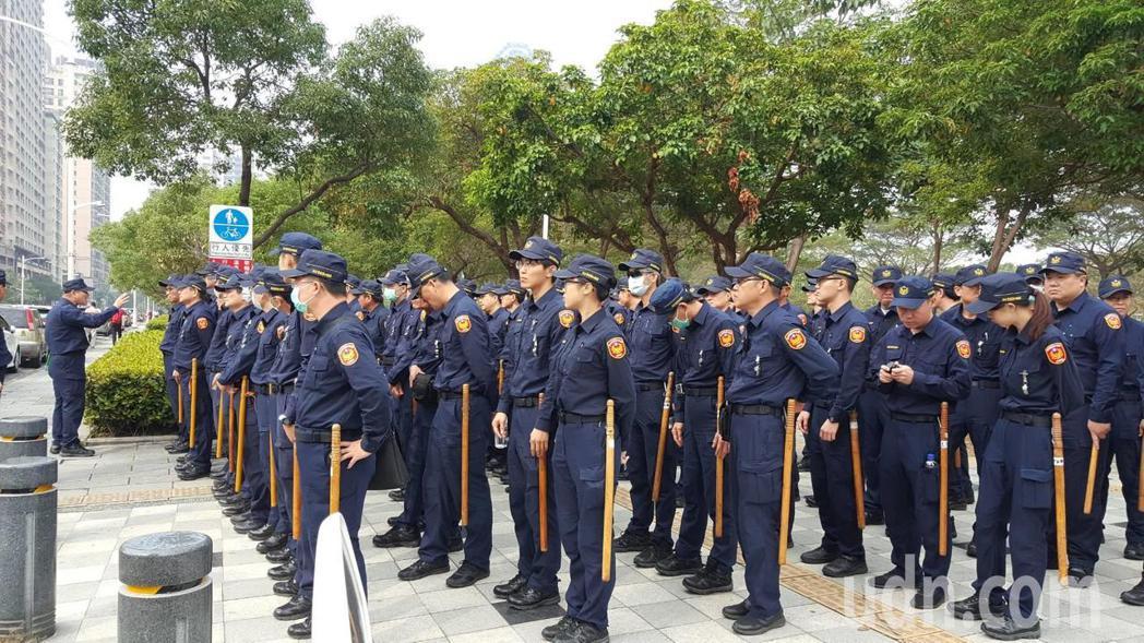 警政署保安警力今天上午進駐高雄。記者林保光/攝影