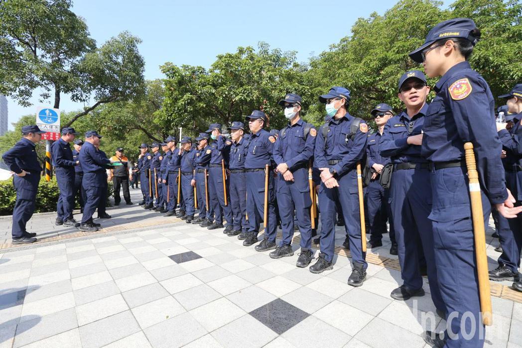 警政署保安警力今天上午進駐高雄。記者劉學聖/攝影