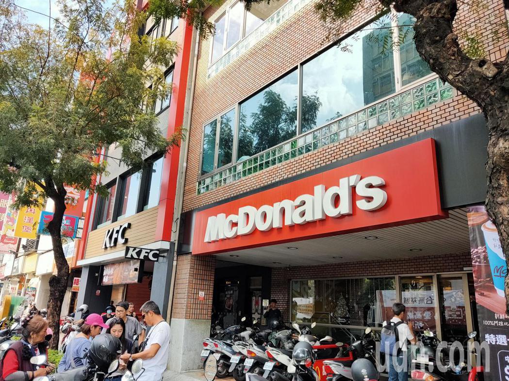 Wecare大遊行隊伍集結的五福路段,正好有3家速食店,從上午人潮就絡繹不絕,店...