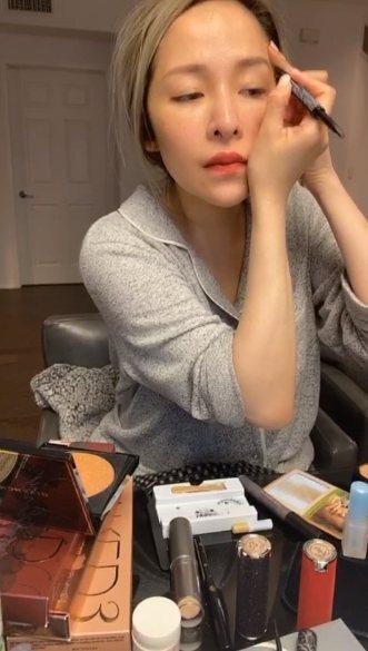 蕭亞軒以近素顏的模樣露臉開直播。圖/摘自微博