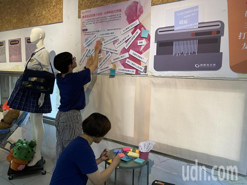 現場邀請大家寫下話語, 撕下對青少年懷孕的刻板印象。記者劉星君/攝影