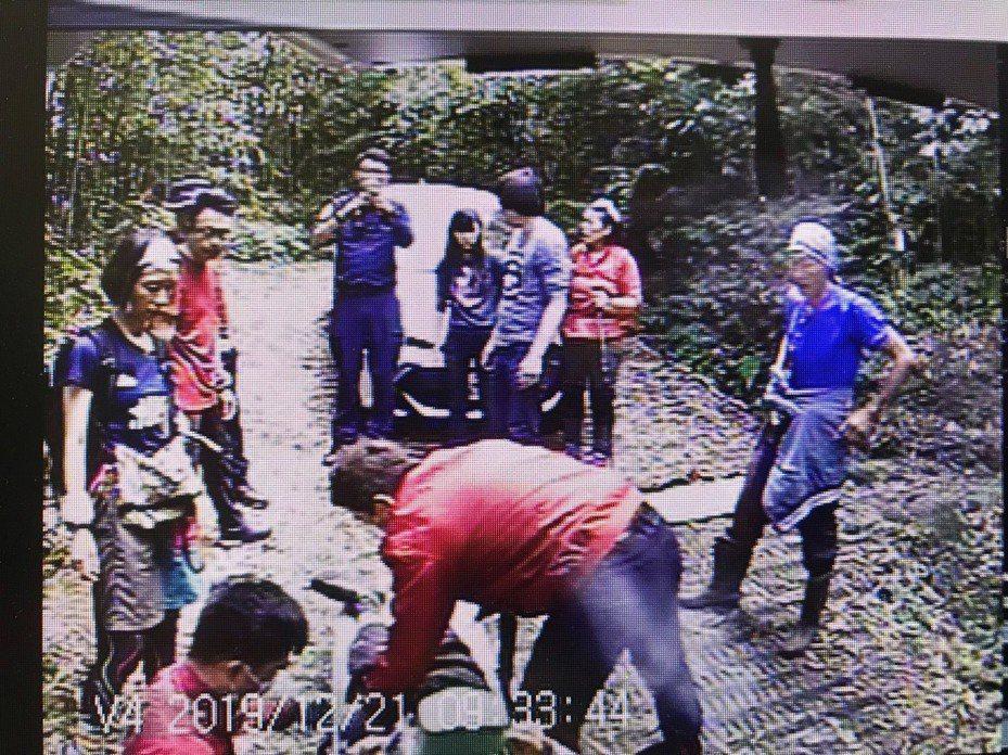 劉姓男子上午疑似在馬拉邦山登山途中昏迷,救護人員趕往救援。圖/苗栗縣消防局提供
