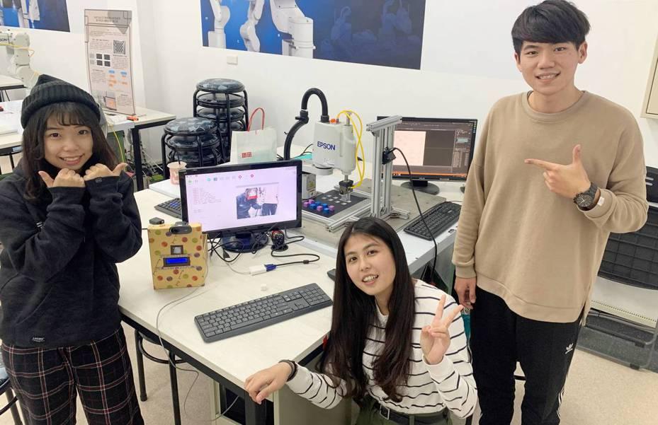 台科大機械系學生(右起)吳宗霖、曾彥菱、賴似蓉設計自動化取貨系統。圖/台科大提供