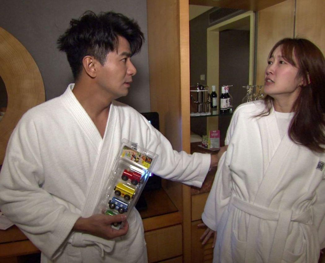 巴鈺和郭彥均在房間為玩具爭執。圖/中天提供