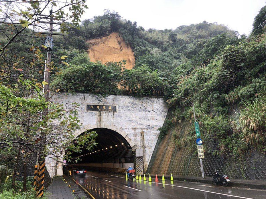 基隆連日大雨,南榮路八堵隧道上方大量土石崩落。圖/基隆市政府提供