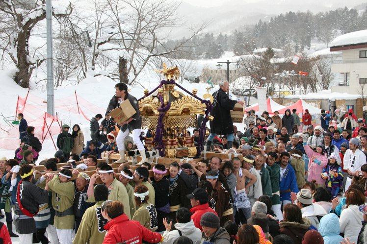 「飯山雪祭」除了可見到雪像。還會舉辦如雪像競賽、雪中神轎等各式活動。圖/JR東日...
