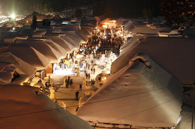 福島縣南會津的「大內宿」,每年2月會舉行由雪燈籠所映照出的幻想雪祭「大內宿雪祭」...