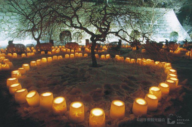 旅客在盛岡雪燈活動中,可以在眾多的迷你雪屋中觀賞雪燈、冰雕及雪像。圖/JR東日本...