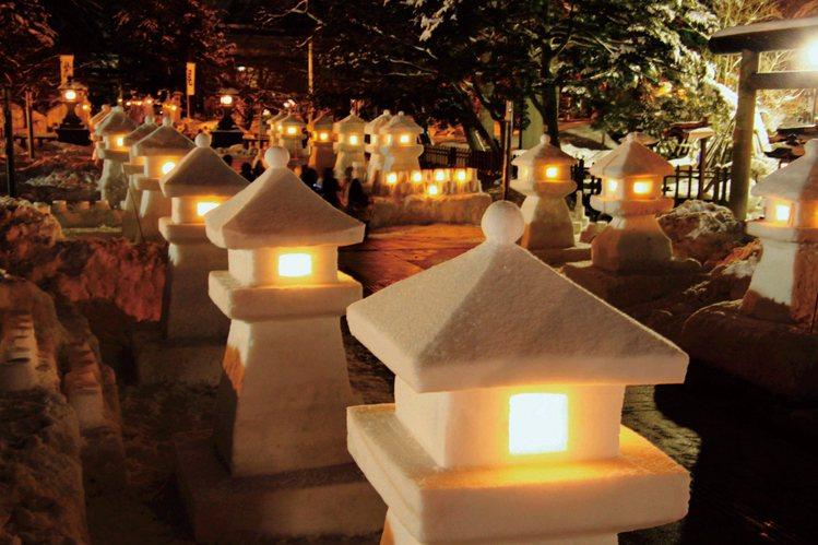 「上杉雪燈籠祭」會場有約300座雪燈籠及1,000座紙罩雪燈燭。圖/JR東日本提...