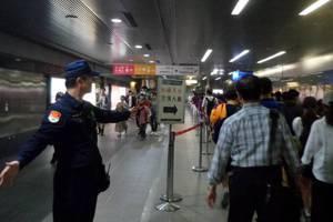 挺韓<u>罷韓</u>近尾聲 高市警方在美麗島捷運站拉起分隔線