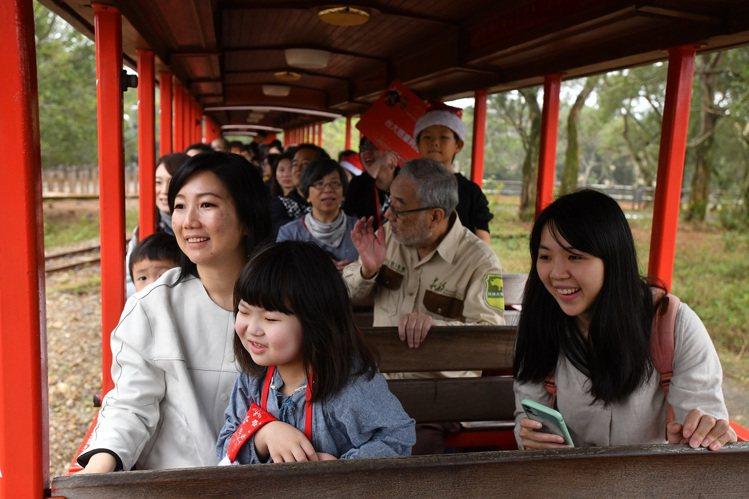 搭著遊園車觀察動物生態。圖/六福旅遊集團提供