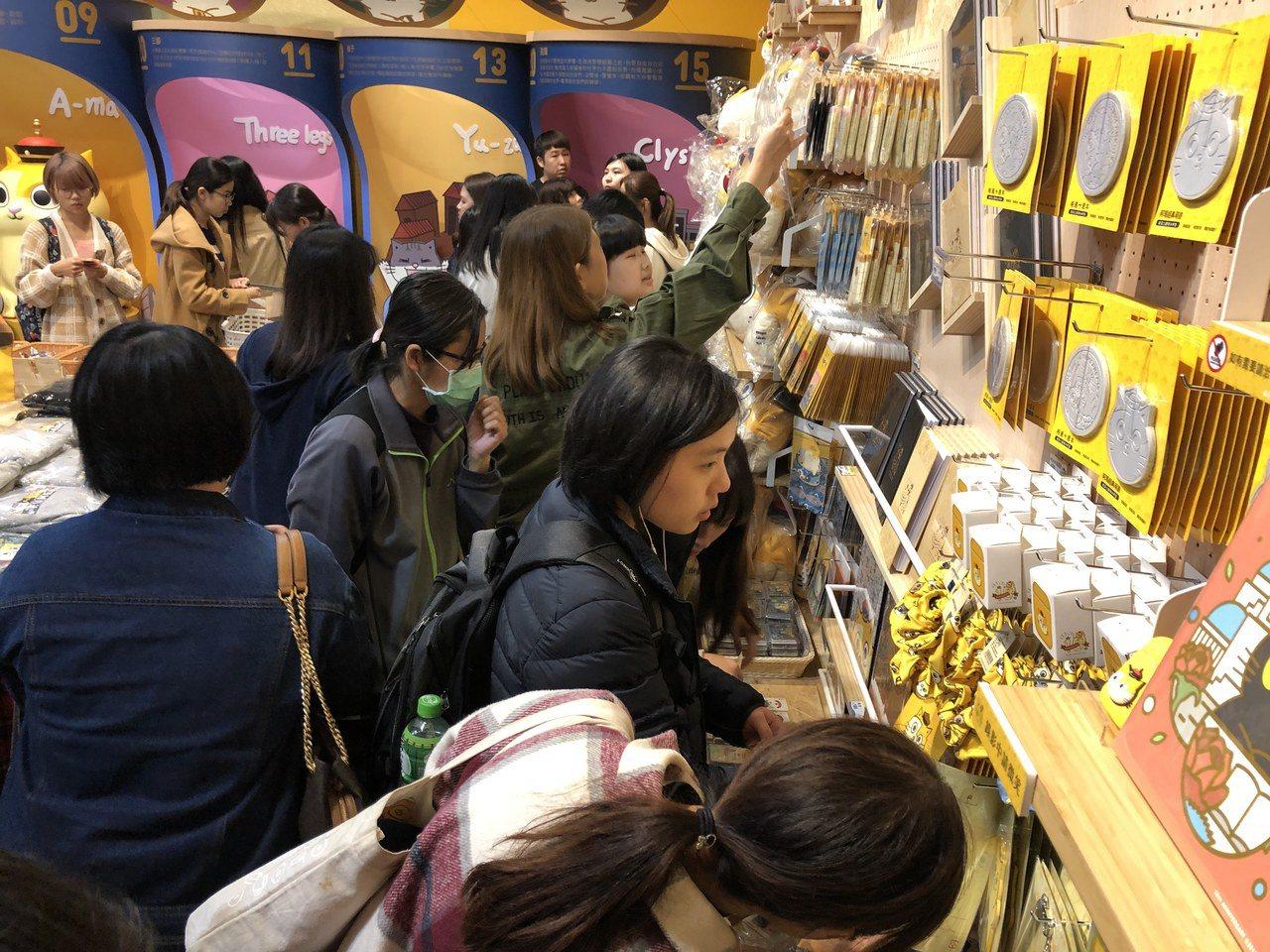 「黃阿瑪相遇十周年小店舖」開幕吸引眾多「瑪民」前往。圖/聯合數位文創提供