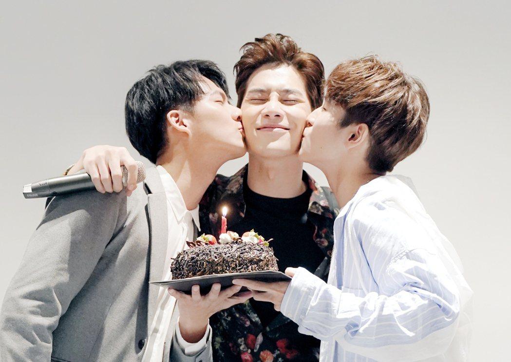 宋緯恩(中)過生日 ,好友吳念軒(左)、張豐豪趕去祝福  圖/怡佳娛樂提供