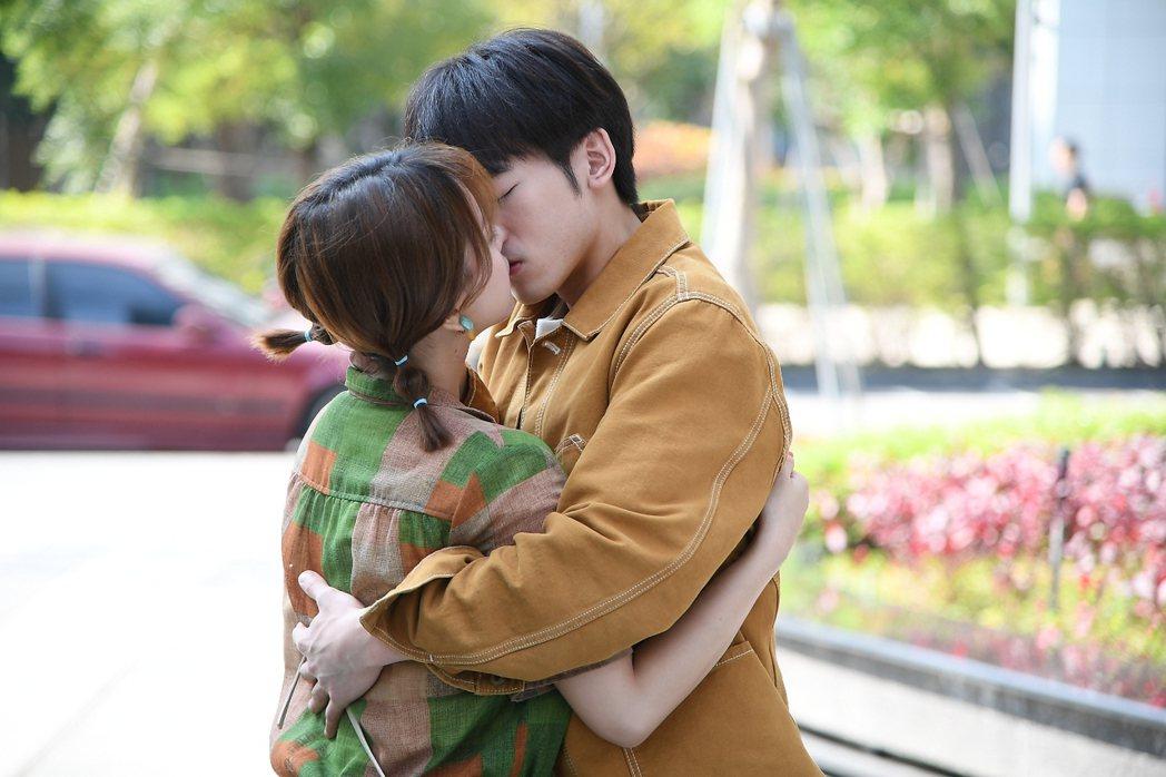 小樂和項婕如(左)終於接吻了  圖/三立提供