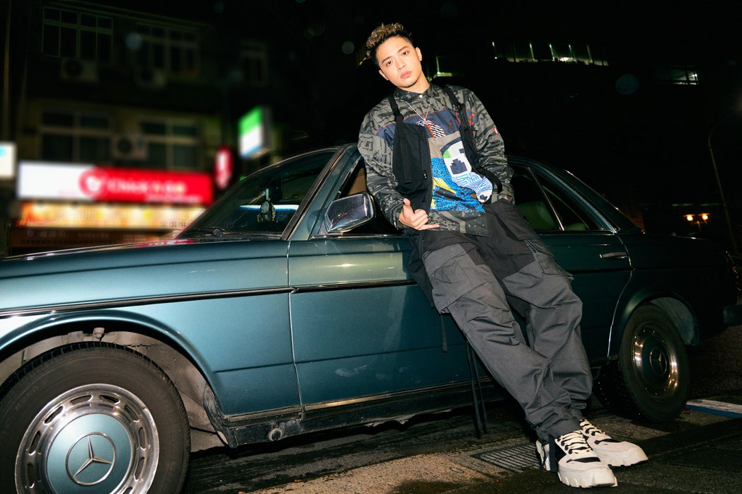 J.Sheon簽名會開老爺車與粉絲街頭「交貨」,相當特別。圖/索尼提供