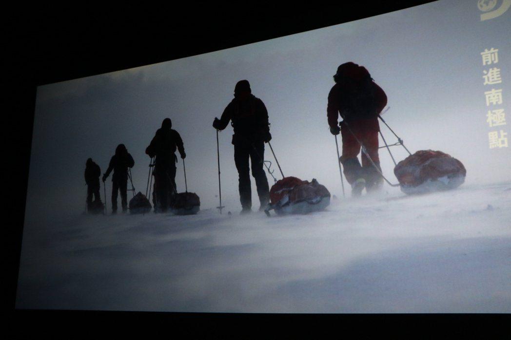新北弱勢兒少受邀觀賞由橘子關懷基金會所贊助拍攝的「前進南極點」。圖/社會局提供