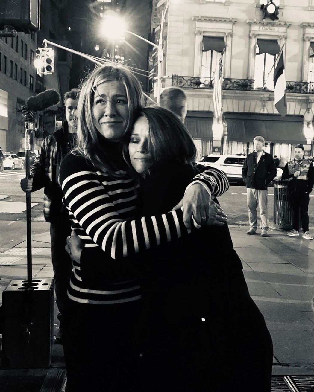 瑞絲薇絲朋(右)發布和珍妮佛安妮絲頓在殺青日的擁抱照片,大讚對方工作努力。圖/摘...