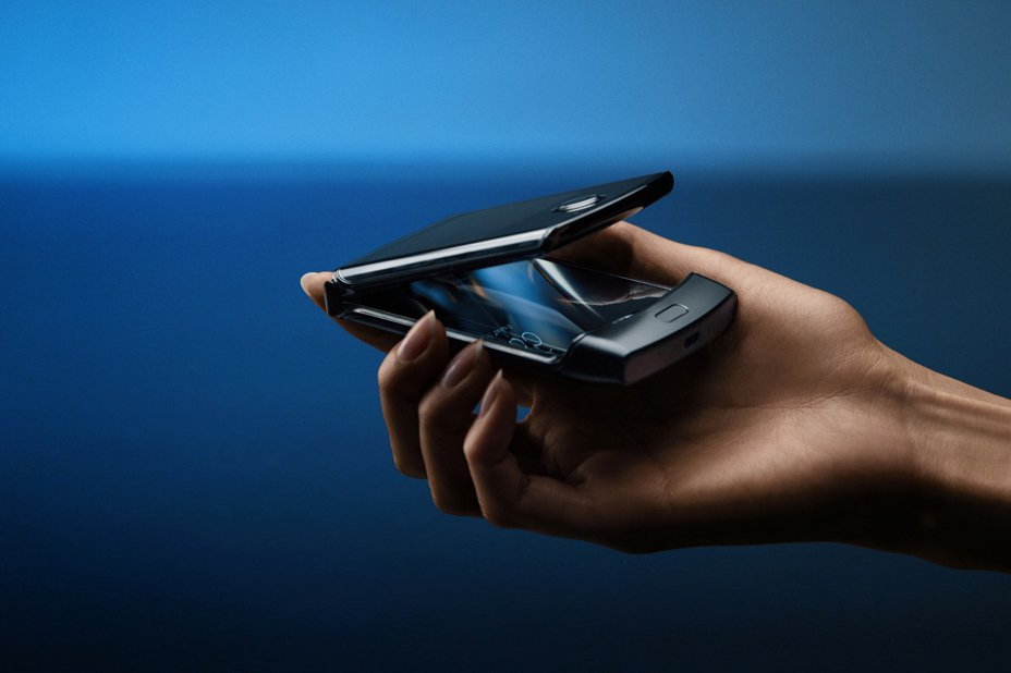 Motorola新發表的可折疊智慧手機Razr。 美聯社/Motorola提供