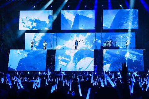 """五月天今年在大阪展開「Mayday 2019 Just Rock It!!!""""藍   BLUE""""」巡演,21日晚間移師桃園國際棒球場開唱,歌單緊扣主題,以五月天前3張專輯的歌曲為主,他們連唱「愛情的..."""