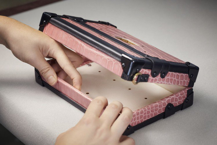 每個手袋邊緣的鱗片紋路都能相接,並需小心翼翼確保顏色和光澤完全吻合。圖/LV提供