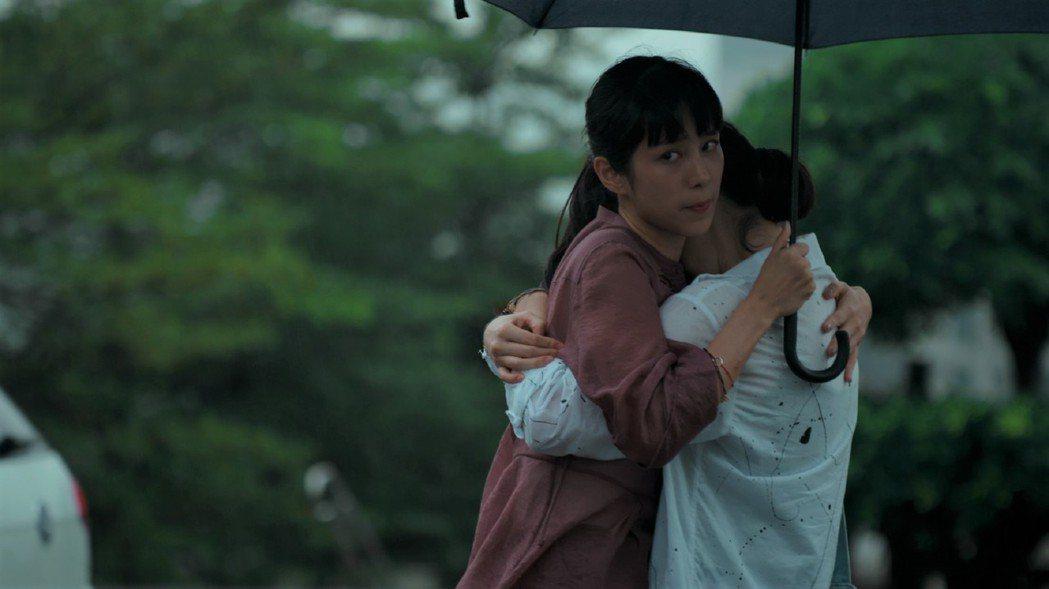 溫貞菱(左)在劇中與飾演女友的劉主平約會遭媒體跟拍。圖/公視提供