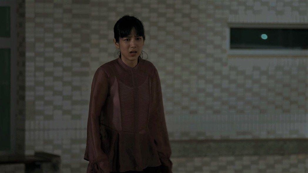 溫貞菱在「鏡子森林」中飾演女星李安安,發現遭媒體跟拍,衝下車理論。圖/公視提供