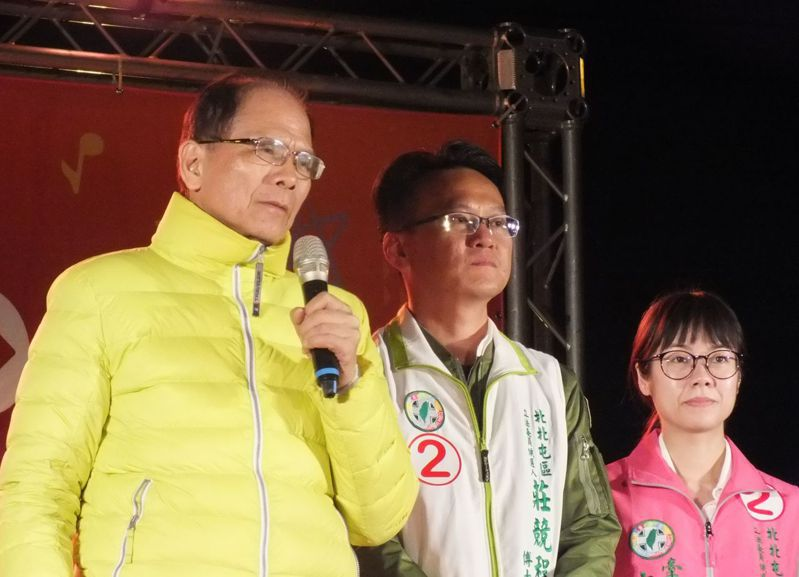 前行政院長游錫堃(左)為立委候選人莊競程(中)站台時說,說到中國對台灣的滲透,難道對台灣會客氣嗎?我們真的很煩惱,2020是台灣安全的關鍵。記者趙容萱/攝影