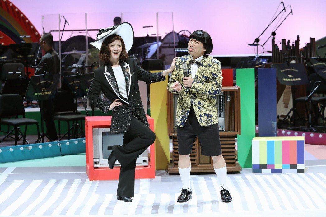 郭子乾(右)、卓文萱在劇中分別模仿豬哥亮、鳳飛飛。圖/全民大劇團提供