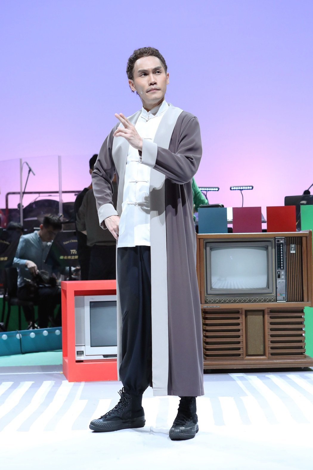 周定緯在劇中飾演穿越時空的古人「司馬遷」。圖/全民大劇團提供