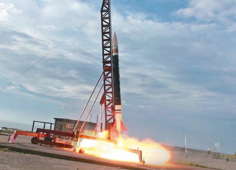 各界雖支持國內發展太空科技,但認為政府應整合各部門、修改相關法令,建立發射火箭的SOP。圖為成大航太系研發團隊之前成功發射的「兩節式混合火箭」。 圖/成大提供