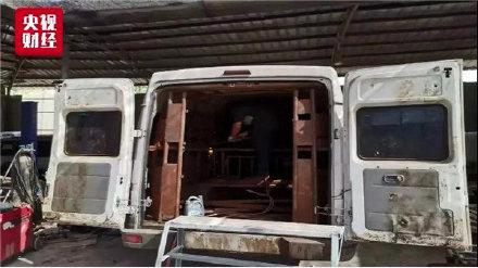 交警查獲車主為牟利私自改裝車輛運豬,這輛麵包車內共裝運24頭生豬。(央視財經)