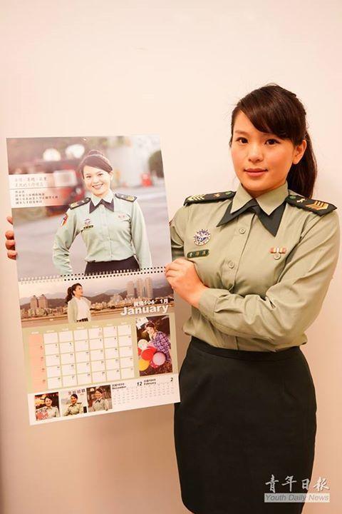 104年的「俊男美女月曆」,主角除了戎裝照還有時裝「美照」與「帥照」。圖/國防部...