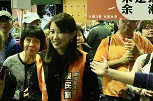 于美人、<u>蔡沁瑜</u>合力掃街 民眾驚呼像朋友
