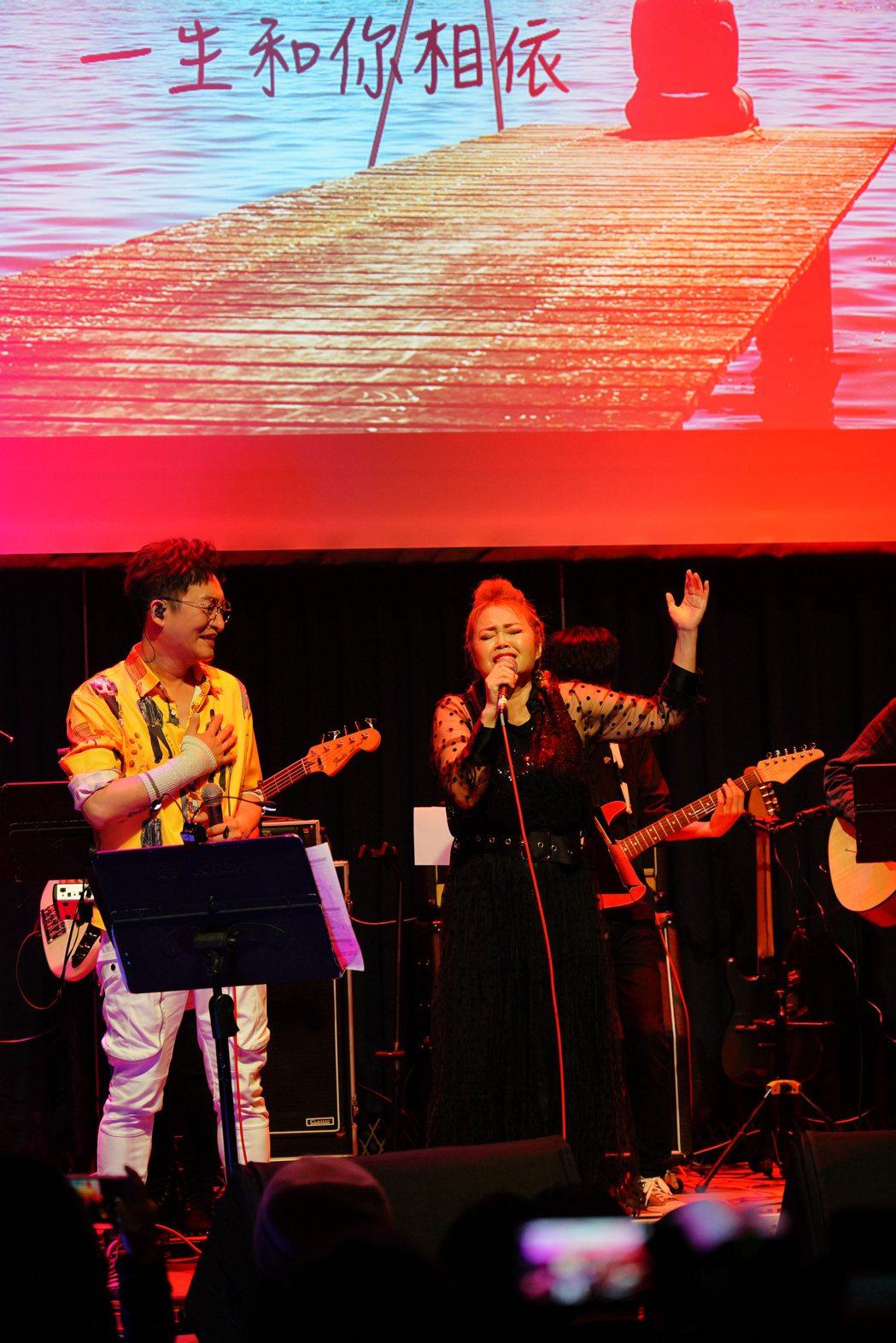 徐哲緯(左)跟金智娟合唱金曲。圖/秩立娛樂工作室提供