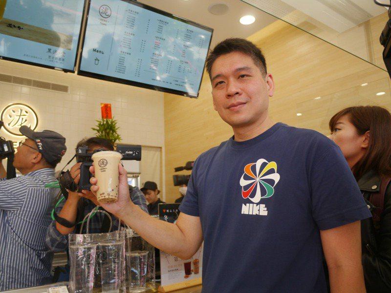 高市議員李柏毅賭說高雄市長韓國瑜走不完挺韓遊行,雖然賭贏還是請喝500杯黑糖珍珠奶茶。記者徐白櫻/攝影