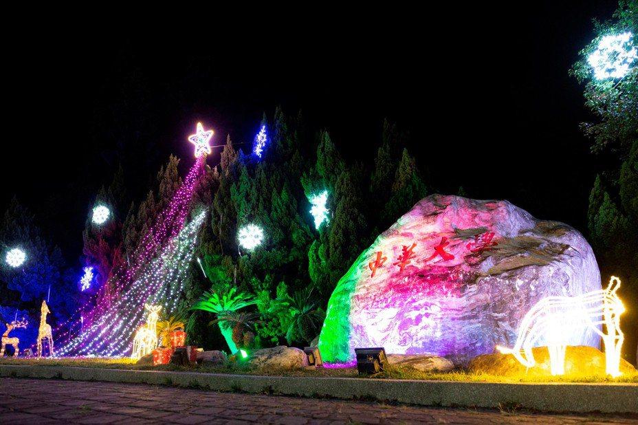中華大學首度設置耶誕城,在學生的巧手點綴下,今年首度設有「雪白耶誕城」、「南洋杉幻影隧道」、「螢光草坪」、「光影廣場」4大燈區,將一路亮到農曆春節結束。圖/中華大學提供