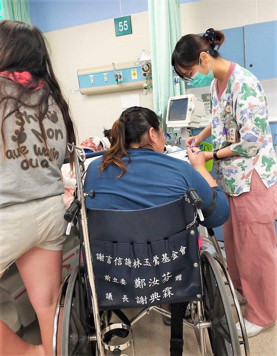 莊姓女學生遭車撞受重傷,才剛出車禍的母親坐著輪椅趕至醫院,一家經濟陷入困境待援。記者凌筠婷/翻攝