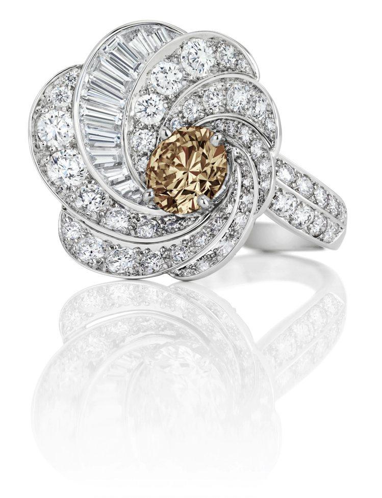 De Beers Aria高級珠寶褐鑽戒指,鑽石總重6.21克拉,價格店洽。圖/...