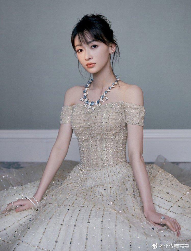吳謹言身穿的金色編織款禮服,裙擺前短後長,與Tiffany的海藍寶石高級珠寶項鍊...