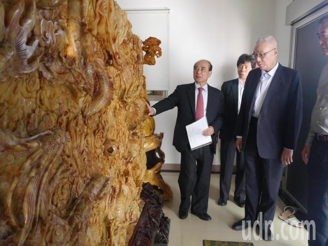 國民黨黨主席吳敦義(右一)參觀王金平老家。記者徐白櫻/攝影