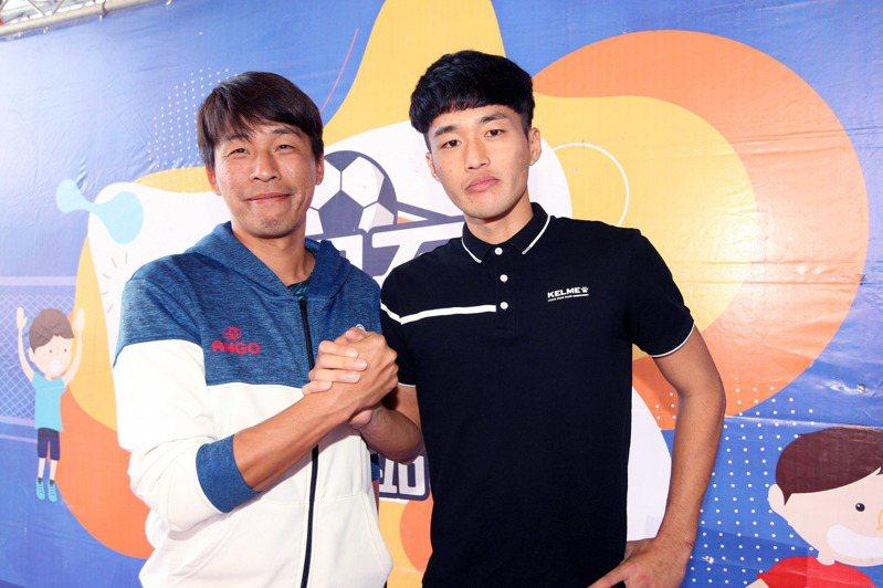 王義友(右)與教練葉憲中。圖/迷你足球協會提供