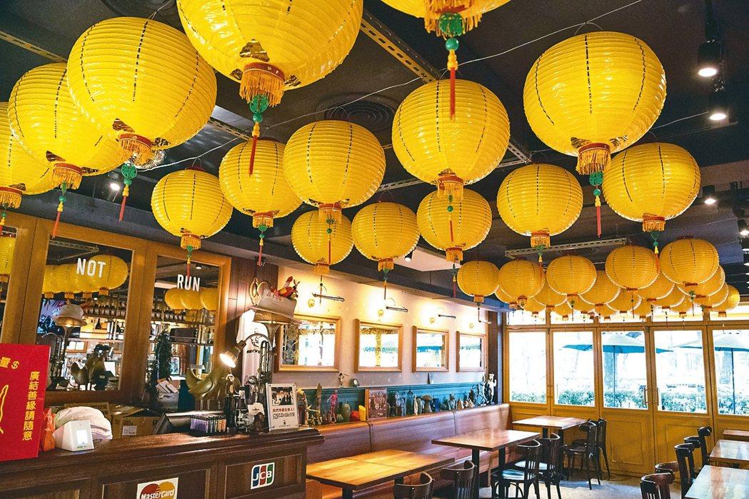 陳陸寬笑說,燈籠是為了讓外國客人入店後有種錯亂感。 記者陳立凱/攝影