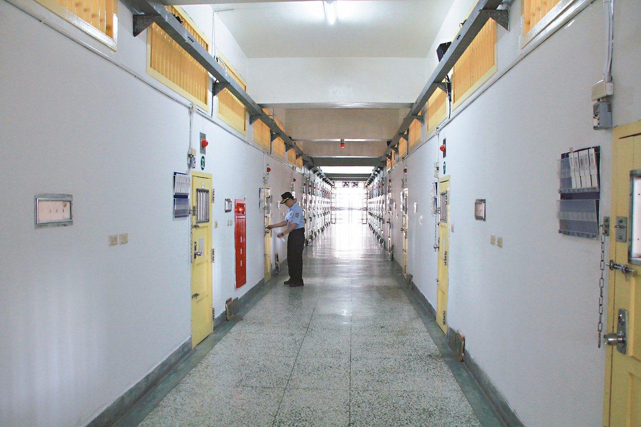 愈來愈多受刑人、收容人提訴訟爭人權;圖為被受刑人指管理侵害人權的嘉義監獄。 記者...