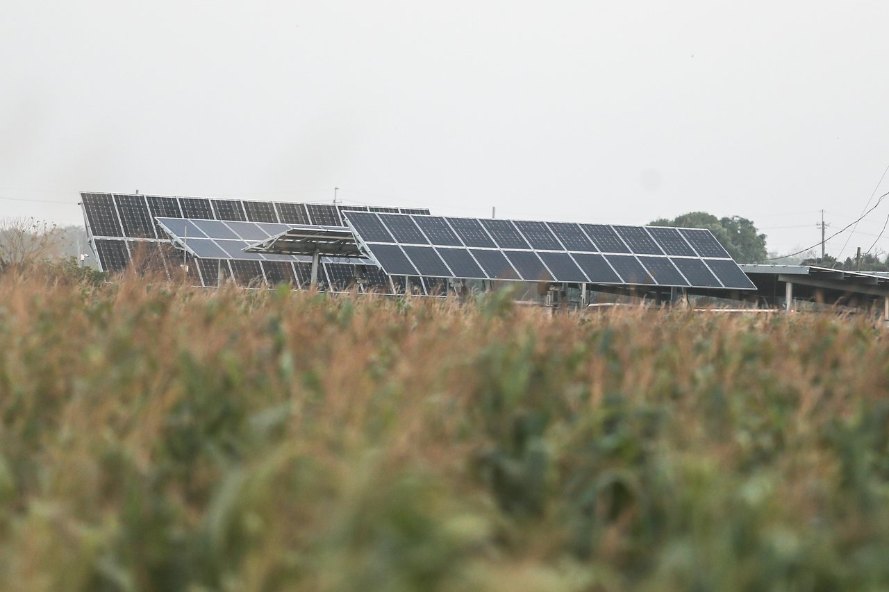 政府力推發展綠能,且修法鬆綁農地種電限制,在利誘之下,中南部農地景觀已逐漸變調。...