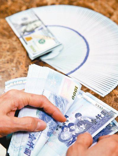 明年元旦起有七項保險新制上路,台、外幣保單雙漲。圖/聯合報系資料照片