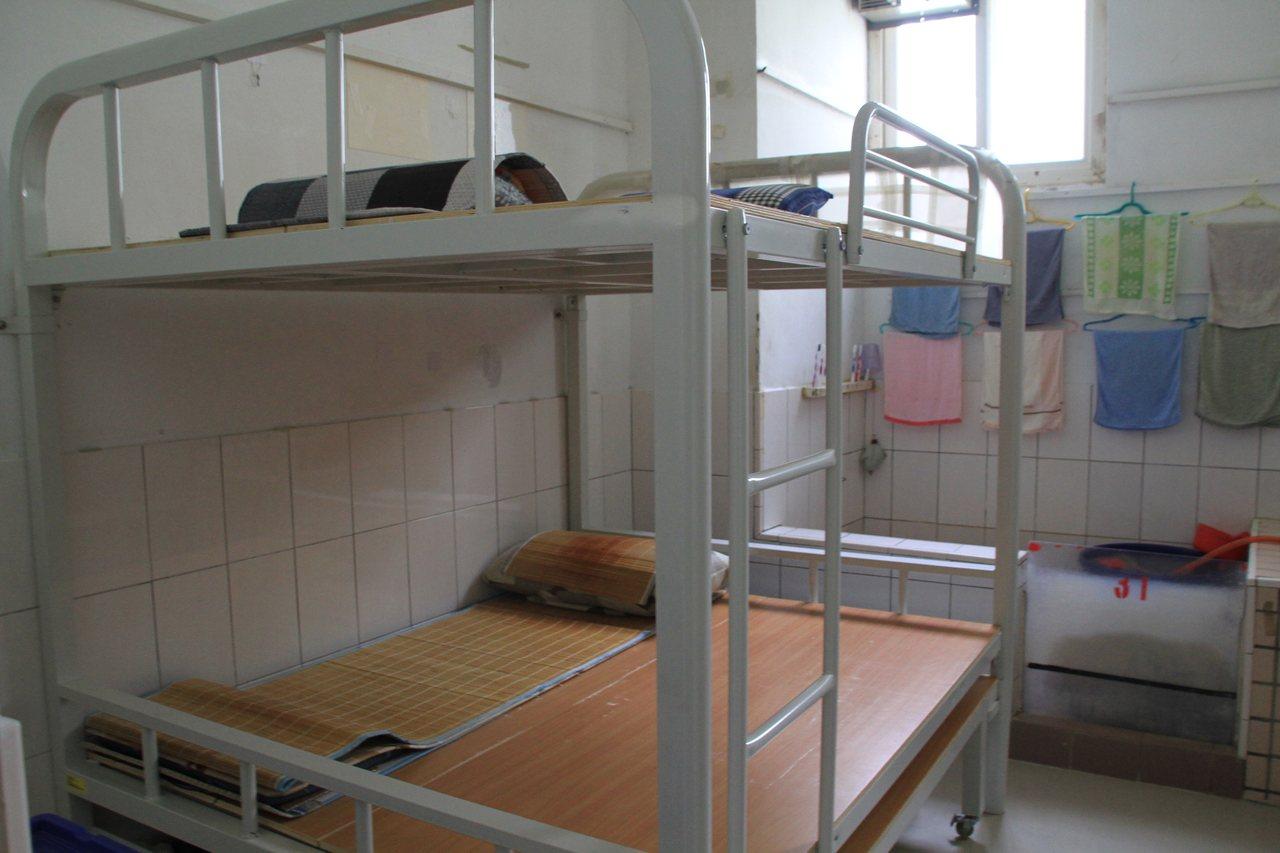 國內監所超收嚴重,法務部力推受刑人「一人一床」政策。記者卜敏正/攝影