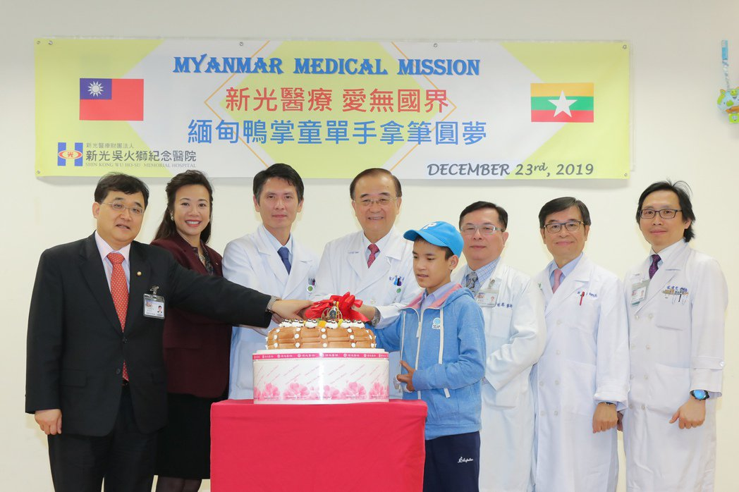 新光醫院國際醫療團隊,治療子墨手掌五指骨並連的疾病,今切蛋糕象徵重生。圖/新光醫...