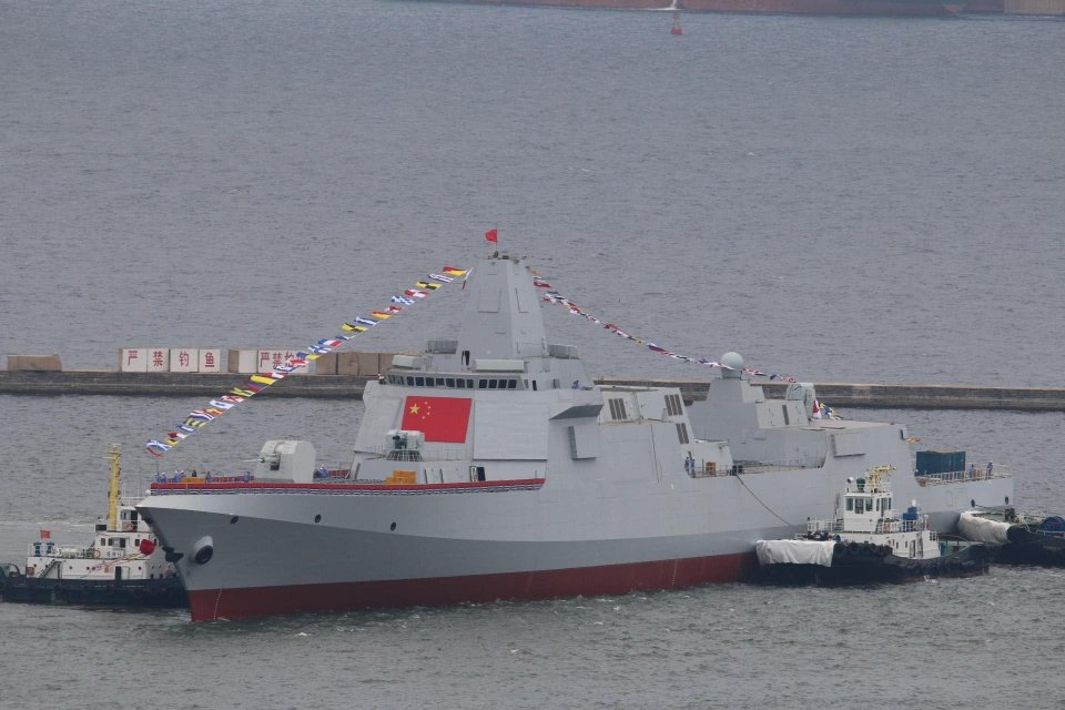 中共海軍055型驅逐艦滿載排水量達12000噸以上,其實已經可稱為巡洋艦。圖╱新...